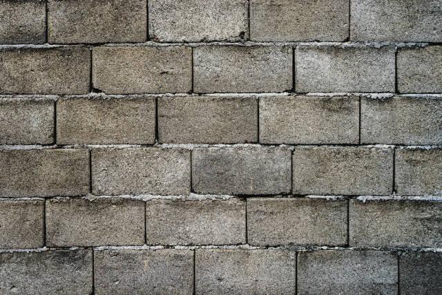 Mauer aus Betonschalstein im ganzen Bildausschnitt