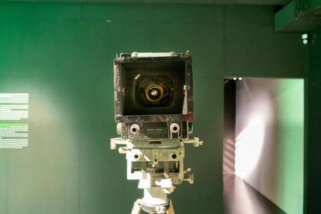 André Debrie's Super Parvo studio film camera on a tripod from 1932