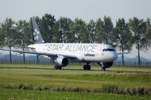 Lufthansa Star Alliance taxiing to Polderbaan, Amsterdam Airport