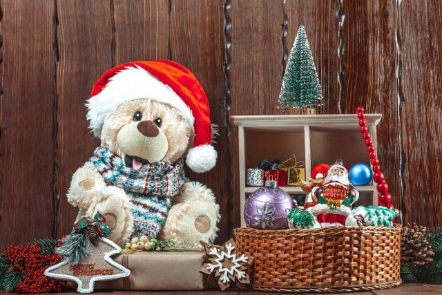 Plüschbär mit Weihnachtsmannmütze und Festtagdekorationen
