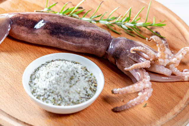 Raw squid with sea salt and rosemary