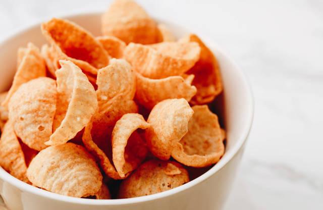 Nahaufnahme von Chips mit Humus und Paprika Geschmack