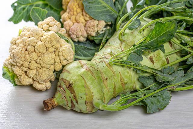 Raw cauliflower and kohlrabi
