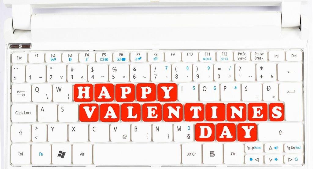 Text HAPPY VALENTINES DAY (Froher Valentinstag) als rote Tasten auf weißer Tastatur