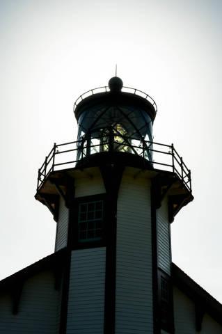 Kuppel und Aussichtsplattform eines kleinen Leuchtturms