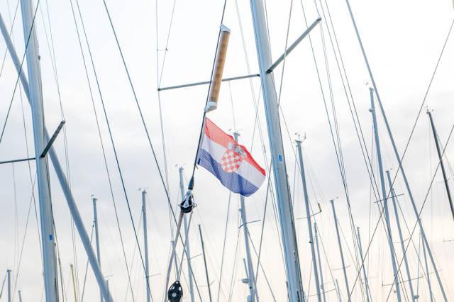 Kroatische Flagge auf einem Segelboot
