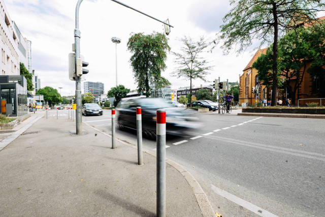Langzeitbelichtung von fahrenden Autos an einer Kreuzung