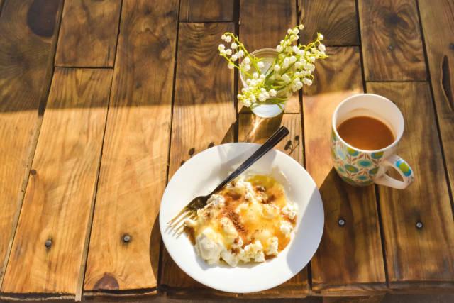 Nachtisch mit Milchkaffee