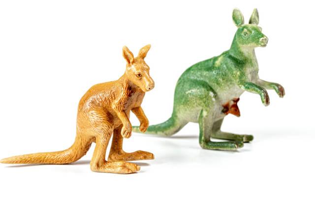 Känguru-Figuren aus Kunststoff in Grün und Braun