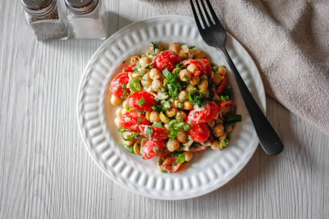 Draufsicht eines Salats mit Kichererbsen und Cherrytomaten