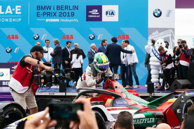 Berlin 2019 E-Prix- Rennfahrer Lucas di Grassi küsst sein Siegerauto