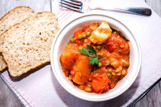 Gemüseeintopf und Brotschnitten