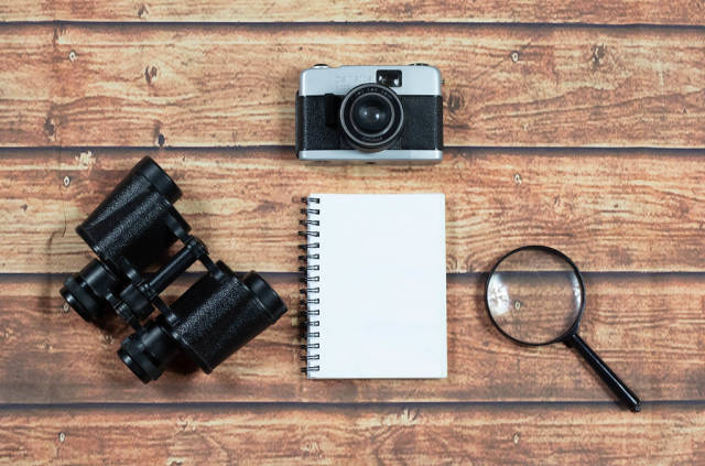 Alte Filmkamera und Fernglas