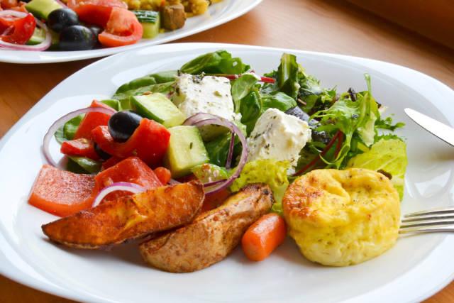 Salat mit Feta, gebackene Kartoffeln und Omelette