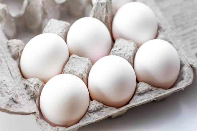 Eierkarton mit sechs Eiern
