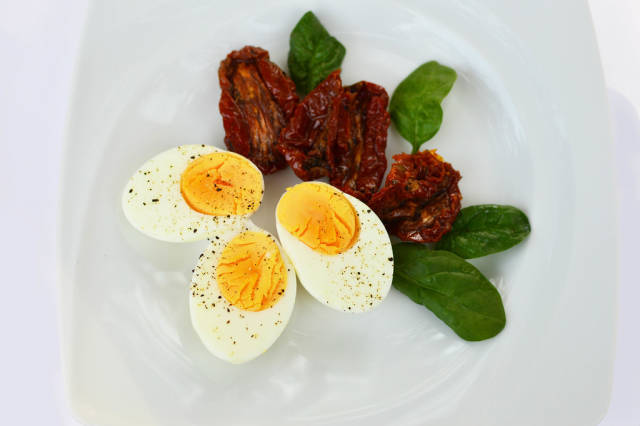 Hard-boiled eggs with dried tomatoes