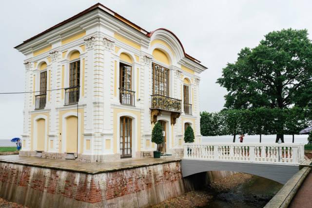 Small old house on former Tsar estate / Kleines altes Haus auf dem ehemaligen Zarengut