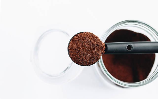 Draufsicht eines Löffels mit gemahlenem Kaffee