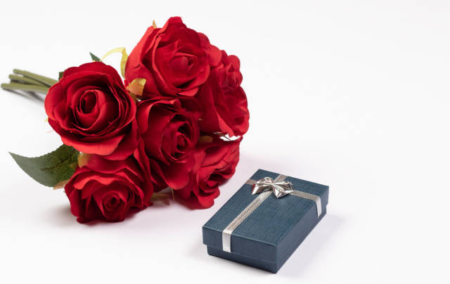 Red roses with small gift box