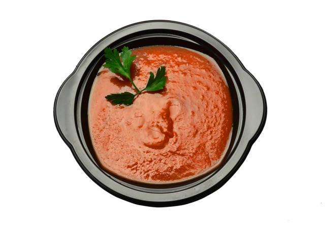 Tomatencremesuppen vor weißem Hintergrund