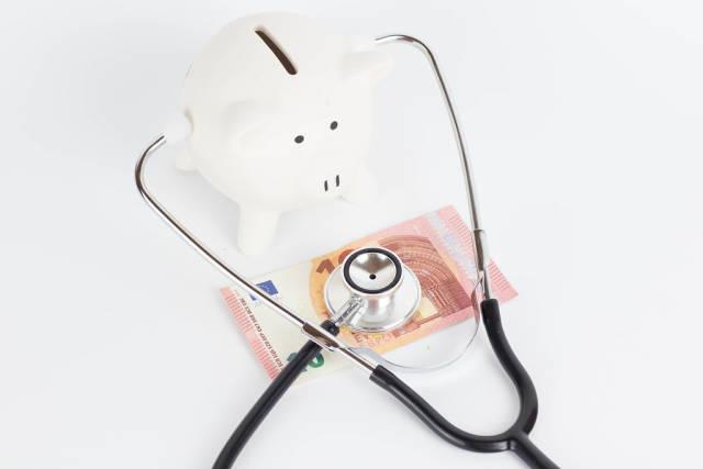 Sparschwein beim Abhören eines Euroscheins mit einem Stethoskop