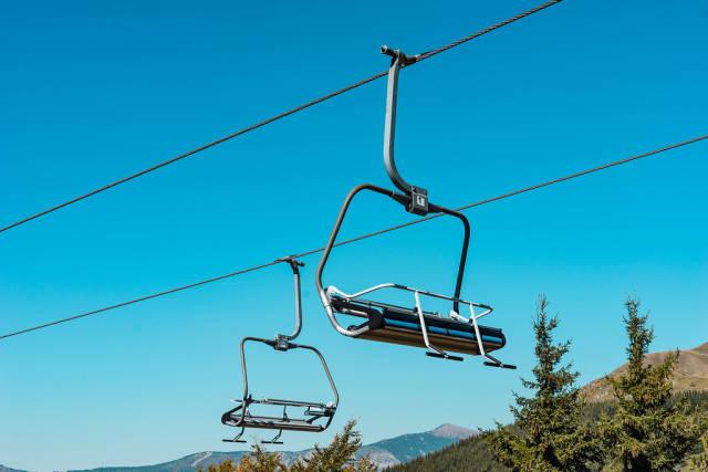 Sesselbahn vor einem blauen Himmel am Berg Stara Planina in Serbien