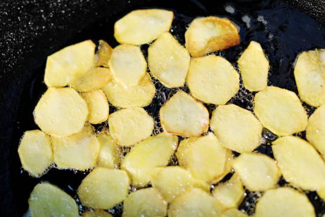 Fried pan potato slices