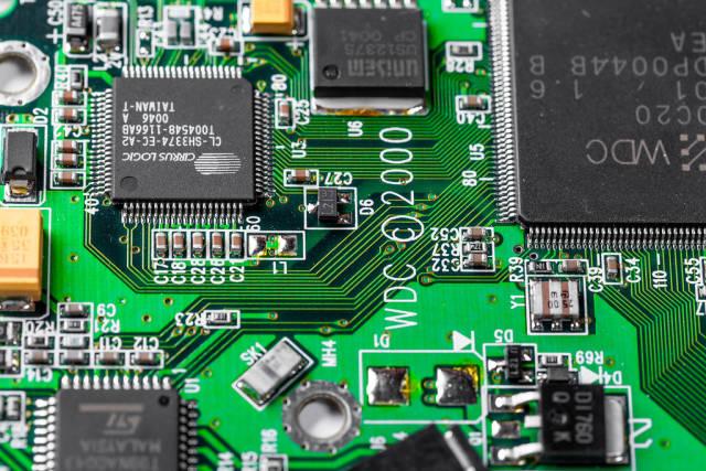 Eine Computerplatine mit Schaltkreisen, Transistoren und Processorkernen in der Nahaufnahme