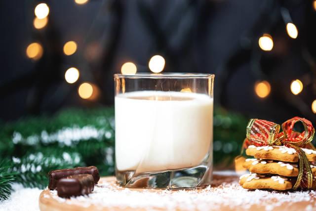 Ein Glas Milch mit Schokolade und Weihnachstplätzchen in Sternform