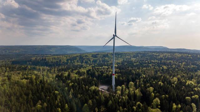 Luftbild einer Windkraftanlage. Neuer Windpark Straubenhardt