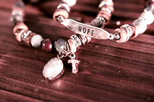 """Armbänder mit Kreuz und Aufschrift """"Hope"""