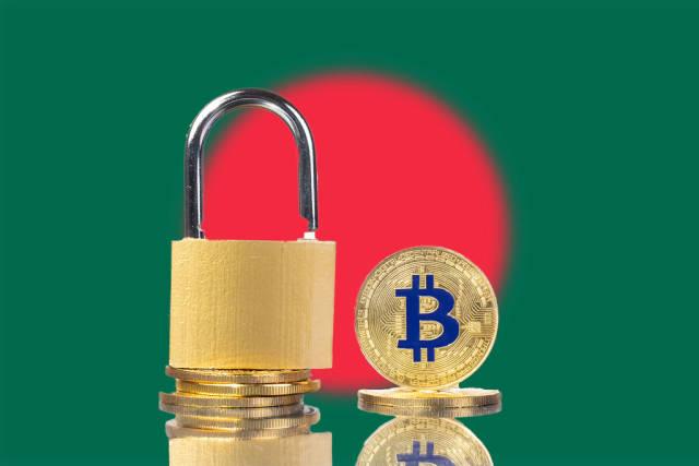 Vorhängeschloss auf Stapel goldener Bitcoin-Münzen mit Bangladeschs Flagge im Hintergrund