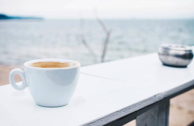 Kaffeepause in einer Strandbar. Meer im Hintergrund