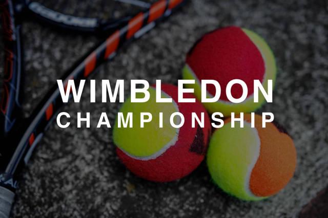 """Drei bunte Tennisbälle neben einem Tennisschläger und hinter der Aufschrift """"Wimbledon Championship"""