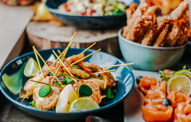 Shrimps-Salat in einem Teller