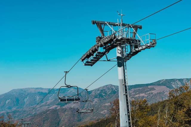 Sesselbahn und eine Bergkette im Hintergrund