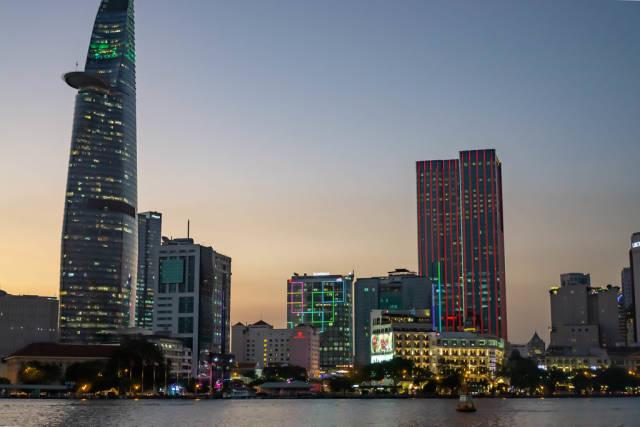 Bitexco Financial Tower und District 1 in Saigon (Ho Chi Minh City) zum Ende der goldenen Stunde