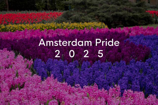 Bunte Blumenfelder in Regenbogenfarben, im niederländischen Keukenhof-Garten hinter dem Bildtitel Amsterdam Pride 2025