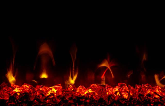 Nahaufnahme von Flammen vor schwarzem Hintergrund