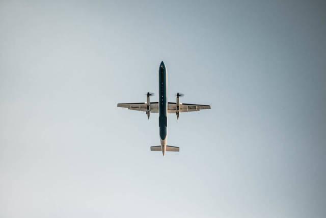 Unter einem Flugzeug am Himmel