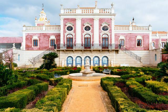 Pousada Palácio Estói with beautiful garden in front