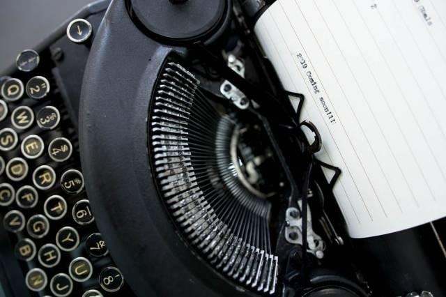 2019 coming soon  - geschrieben auf einem Papier mit einer alten Schreibmaschine
