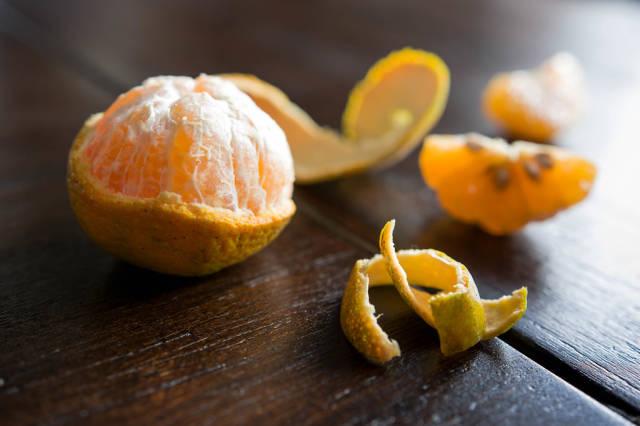 Halb geschälte Orange