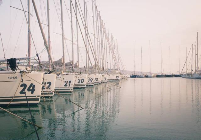 Segelboote warten auf die Segelsaison