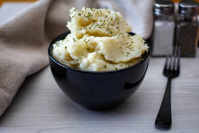 Kartoffelbrei in einer schwarzen Schüssel