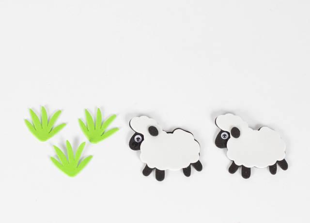 Zwei Schafe beim Grasen