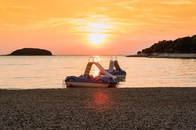 Tretboote bei Sonnenuntergang