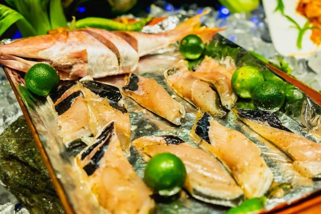 Raw milkfish on tray with calamansi