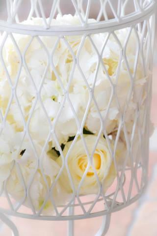 Hochzeit: Rosen im Weidenkorb