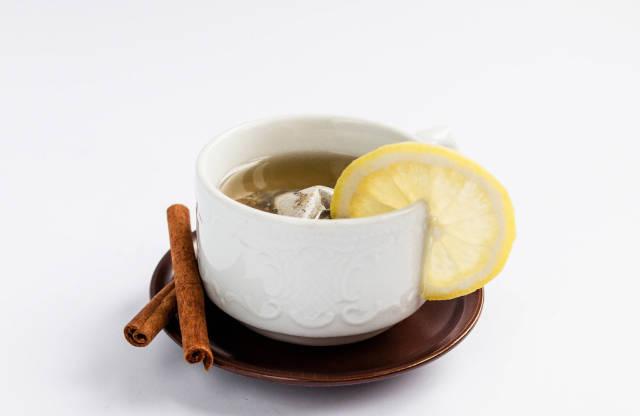Gesunder Früchtetee mit Zitrone und Zimt